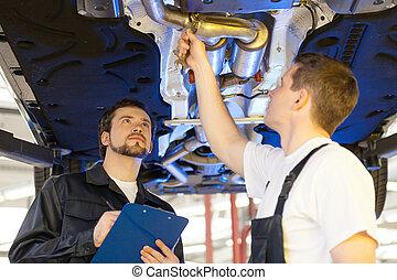 confiado, tenencia, tienda, mecánica, trabajando, mecánico, reparación, uno, work., dos, portapapeles, ellos, automóvil, mientras