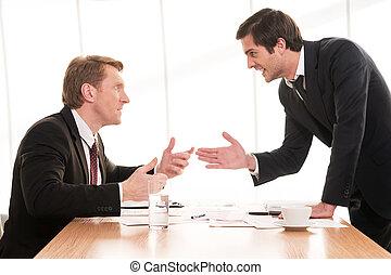 conflict., empresa / negocio, sentado, discusión, hombres, joven, formalwear, dos, mientras, tabla, el gesticular