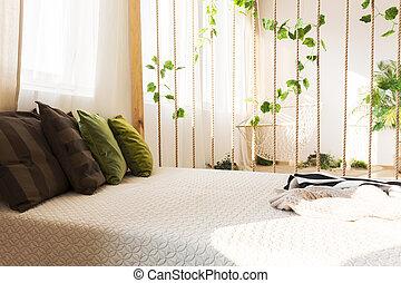 Confortable cama doble y almohadas