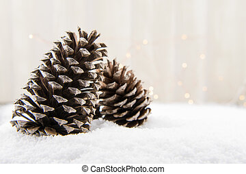 Conos de pino en la nieve con espacio de copia