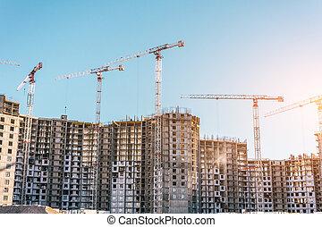 Construcción de un edificio residencial y grúas, bienes raíces