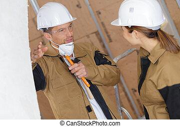 Constructores masculinos y femeninos en discusión