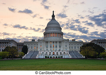 Construyendo Capitol Hill Hill en la mañana con coloridas nubes, Washington DC.