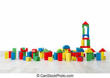 Construyendo juguetes sobre el piso en blanco interior vacío. Diseño para niños.