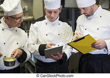 Consultación de chefs en la cocina