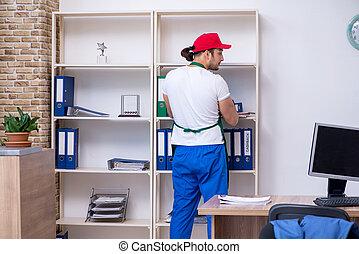 contratista, joven, oficina, limpieza, macho