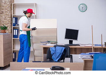 contratista, limpieza, oficina, jóvenes masculinos