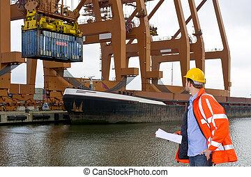 Control de aduanas en un puerto industrial