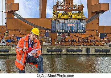 Control de Aduanas trabajando en un puerto comercial