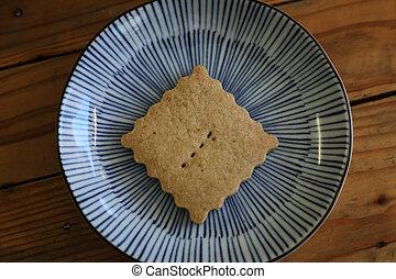 Cookie aislada en el fondo de madera