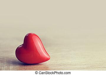 Corazón en fondo de madera.