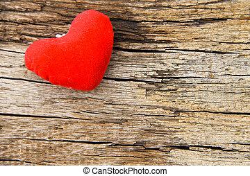 Corazón rojo en el fondo de madera