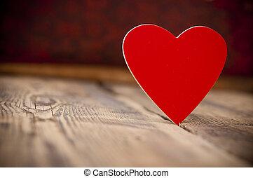Corazón rojo en el viejo fondo de madera