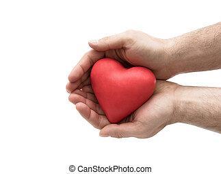 Corazón rojo en manos del hombre. Seguro de salud o concepto de amor