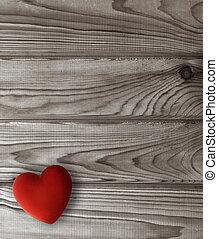 Corazón rojo en tablones oscuros de madera