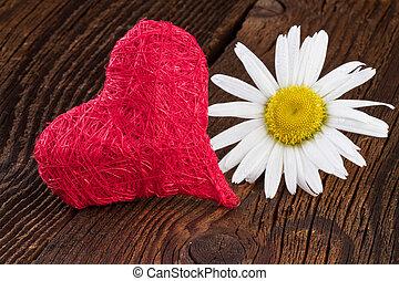 Corazón rojo sobre fondo de madera