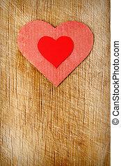 Corazones rojos en el fondo de madera