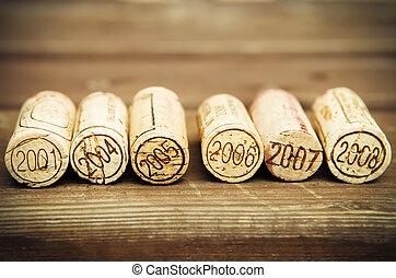Corchos de botella de vino con fecha en el fondo de madera