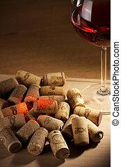 Corchos de vino con reflejo de vino