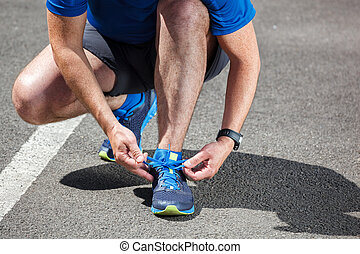 Corredor tratando de correr zapatos preparándose para correr.