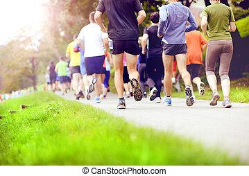 Corredores de maratón no identificados corriendo