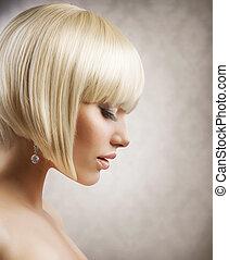 Corte de pelo. Hermosa chica con cabello rubio y saludable. Estilo de pelo