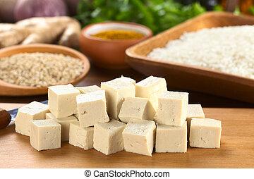 corte, ingredientes, de madera, (selective, tofú, espalda, foco, crudo, foco, otro, tofu), corta en dados, frente, arroz, tabla