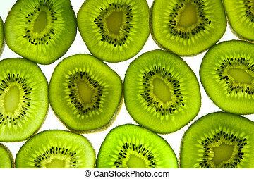 Cortes coloridos de kiwi.