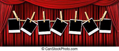 Cortinas de teatro rojas con luces y sombras con polaroids en blanco