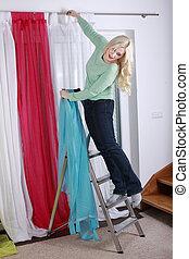 cortinas, mujer, arriba, ahorcadura