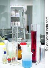 Cosas de laboratorio, cilindros de cristal, líquidos coloridos