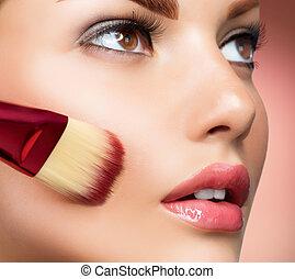 Cosmético. Base para el maquillaje perfecto. Aplicando maquillaje