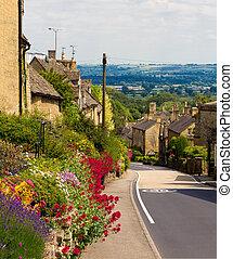 Cotswolds de la aldea bourton-on-hill con flores, UK