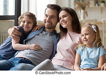 couch., sentado, feliz, niños, cómodo, padres, sonriente, hermanos