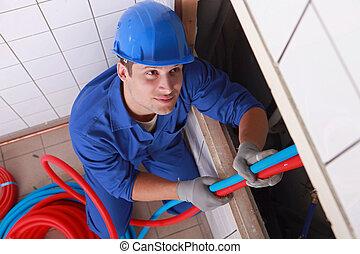 Craftsman arreglando la instalación en un edificio