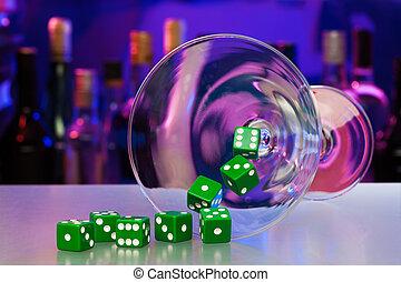 Cristal de cóctel con dados en el bar del casino