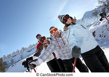 Cuatro amigos esquiando