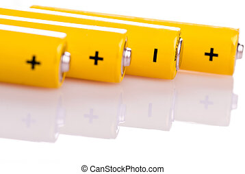 Cuatro baterías amarillas yacen