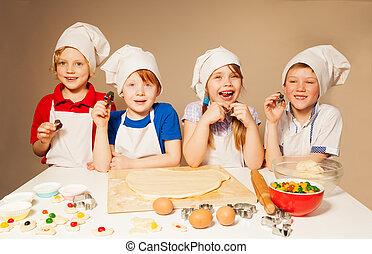 Cuatro chefs felices jugando a los panaderos