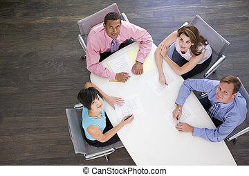 Cuatro hombres de negocios en la mesa