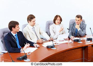 Cuatro hombres de negocios en la reunión