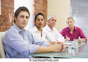Cuatro hombres de negocios en la sala de juntas