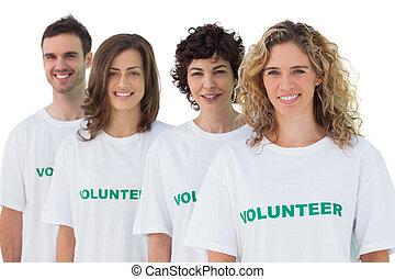 Cuatro personas usando camisetas voluntarias