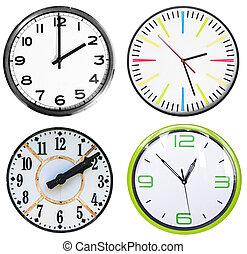 Cuatro relojes aislados en blanco