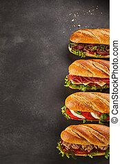 Cuatro sándwiches de delicatessen con espacio de copia