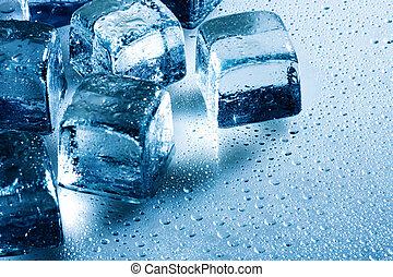 Cubo de hielo y gotas de agua en el fondo húmedo