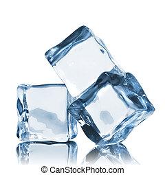 Cubos de hielo aislados en blanco