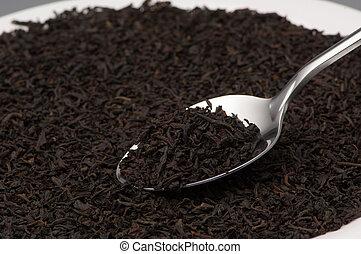 Cuchara con hojas de té