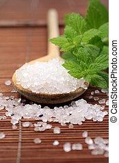 Cuchara de madera con sal de baño