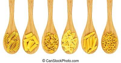 Cucharas de cocina de madera llenas de varios tipos de pasta seca aisladas en un fondo blanco